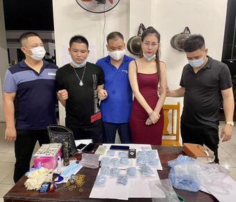 ''Kiều nữ'' đi xế hộp giao dịch 1.500 viên thuốc lắc