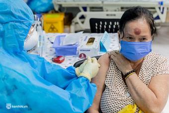 Ảnh: Các cụ già và người nghèo ở Sài Gòn vui mừng vì được tiêm vaccine Covid-19 miễn phí