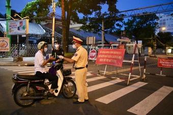 Từ 18 giờ hôm nay 26.7, công an TP.HCM đồng loạt ra quân kiểm soát việc người dân ra đường