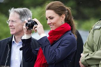 Lý do Công nương Kate đăng ảnh sinh nhật George khiến paparazzi câm nín, Meghan phải học hỏi thêm nhiều