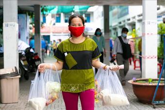 Hà Nội: Cho thôi việc nữ cán bộ phường đưa chồng vào danh sách tiêm vắc xin
