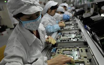 Foxconn thưởng kỷ lục cho công nhân sản xuất iPhone đi làm sau mưa lũ lịch sử