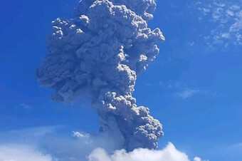 Núi lửa phun trào khói bụi cao tới 4 km, hàng nghìn cư dân nháo nhào tìm nơi trú ẩn