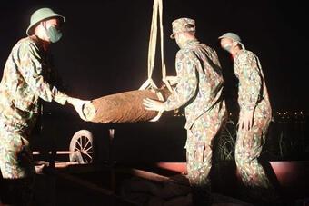 Hà Nội: Trục vớt quả bom nặng 230kg dưới chân cầu Chương Dương