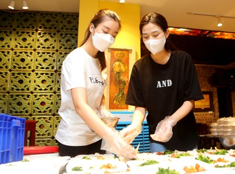 Hoa hậu Đỗ Thị Hà mặc đồ bảo hộ đi phát cơm cho người khó khăn