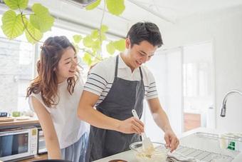 Chưa tan sở đã bị vợ gọi về nấu cơm, chồng ứng xử khiến nhiều người nể phục