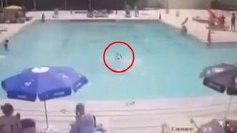 Con trai đuối nước ngay trước mặt khi bố mẹ mải tắm nắng