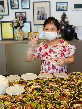Jennifer Phạm cùng con gái nấu cơm gửi tuyến đầu chống dịch tại Hà Nội