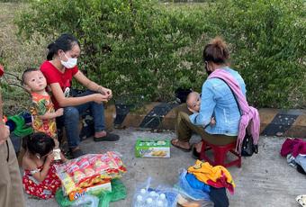 """Hi hữu: 2 ông chồng """"bỏ quên"""" vợ và con nhỏ giữa đường khi chạy xe máy từ Bình Dương về Nghệ An tránh dịch"""