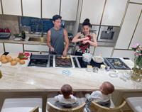 Ở nhà nhiều Hồ Ngọc Hà chịu khó vào bếp hơn thì phải, làm loạt món ăn nhìn đã thấy ngon xuất sắc!