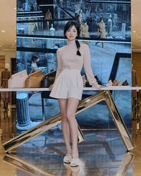 """Song Hye Kyo """"tái xuất"""" với sắc vóc trẻ trung đến ngỡ ngàng tại cửa hàng Fendi ở Hàn Quốc"""
