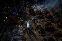 """Chuyên gia hé lộ sự thật tăm tối của """"địa ngục Covid"""" Ấn Độ: Số người chết thực tế phải gấp 10 lần, chiếm 80% ca tử vong của thế giới vào lúc này"""