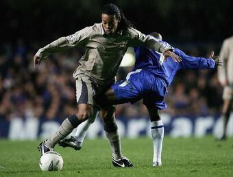 Thua Chelsea, Ronaldinho đập vỡ tủ lạnh ngay tại Stamford Bridge