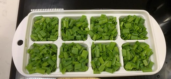Cô gái Sài Gòn hướng dẫn mẹo trữ rau hành ngò tươi xanh cả tháng mà không hỏng