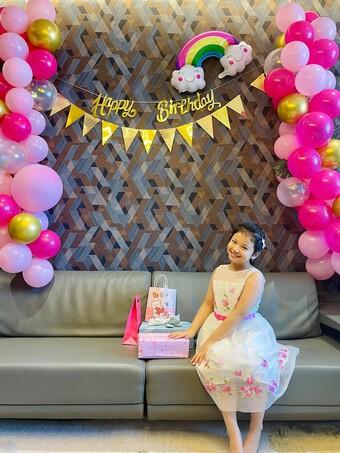 Hoa hậu Jennifer Phạm cùng con gái làm cơm từ thiện gửi lực lượng chống dịch