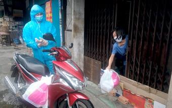 TP.HCM: Nhóm vận chuyển hàng hóa trong khu phong tỏa, ''gõ cửa giao hàng từng nhà''