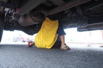 Cậu bé lao xuống gầm xe ô tô trên đường, biết mục đích hành động ai cũng phải xuýt xoa