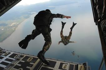 Lính nhảy dù sống sót sau khi rơi từ độ cao hơn 4.500 m