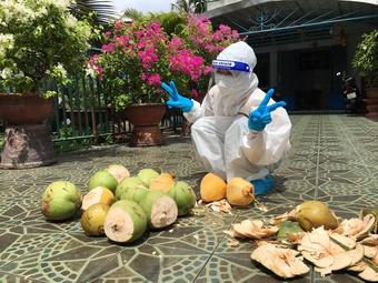 Ăn mừng cả xóm âm tính, chủ nhà ở TP Thủ Đức hái dừa tặng TNV