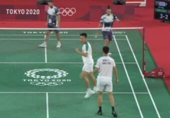 Phân thân ảo diệu Olympic: Đang đánh vào thay vợt, quay lại thắng luôn