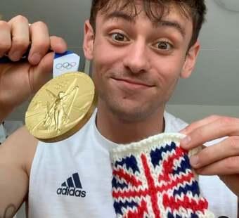 Góc đáng yêu: Nam thần nhảy cầu tự may túi đựng huy chương Olympic bằng len… cho khỏi xước