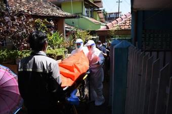 Những bệnh nhân Covid-19 chết tại nhà vì tình cảnh quá tải ở Indonesia