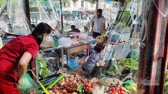 Nhận thẻ đi chợ, dân Hà Nội phân công, canh giờ mua mớ rau, con cá