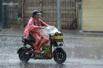 Công nhân môi trường vất vả trong cơn mưa tầm tã ngày giãn cách ở Hà Nội