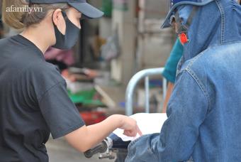 """Hà Nội: Trước khi cùng vợ """"thông chốt"""" ở chợ Yên Phụ, người đàn ông xăm trổ còn định đánh nữ Chủ tịch hội Phụ nữ phường"""