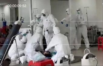 Khoảnh khắc các chiến sĩ áo trắng căng thẳng giành giật sự sống cho bệnh nhân mắc Covid-19