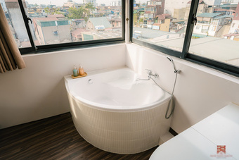 """Trai phố cổ chi 150 triệu cải tạo sân thượng 26m2 thành """"mini penthouse"""", góc nào cũng sang xịn nhưng mê nhất là bồn tắm cực chill"""