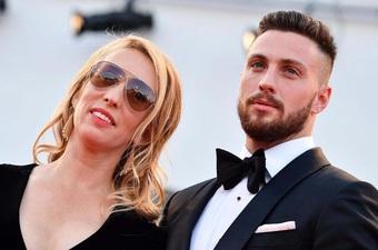 Nữ đạo diễn hơn chồng 23 tuổi thu hút ánh nhìn ngoài bãi biển