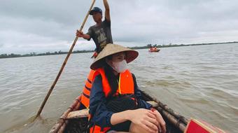 Lặn lội cứu trợ vẫn bị gièm pha