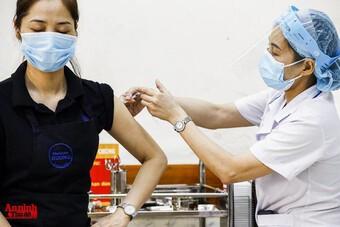 """Phường Tứ Liên: Nữ cán bộ hợp đồng """"xếp nốt"""" cho chồng và người nhà tiêm vaccine trước"""