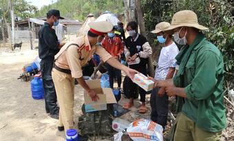 Mất việc, 30 người đi bộ xuyên đêm từ Bình Định về Quảng Ngãi