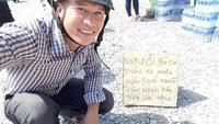 Thanh niên tình nguyện phát nước, vá xe miễn phí trong những ngày cao điểm tết