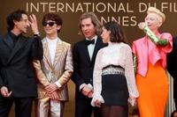 """Tilda Swinton và Timothee Chalamet """"làm chủ"""" mọi ánh nhìn trên thảm đỏ LHP Cannes"""