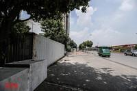 [Ảnh] Thiếu nhân lực, phường dùng container và bê tông làm chốt chặn phương tiện phòng chống dịch Covid-19