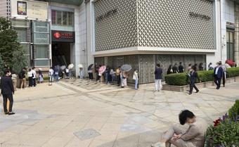 Người Hàn đổ xô xếp hàng mua túi Chanel