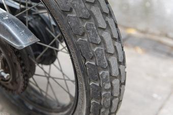 Lốp xe máy quá non, nguy hiểm thế nào?