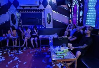 Rượu say, chủ quán karaoke 'mời' khách vào hát và sử dụng ma tuý