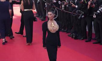 ''Vòng cổ che ngực'' của Bella Hadid tốn hơn 1.000 giờ chế tác