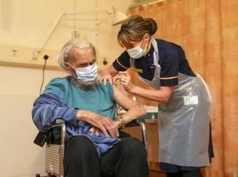 Dịch Covid-19: Tiêm chủng giúp ngăn chặn 60.000 ca tử vong tại Anh