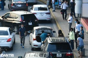 """Sợ bị """"cấm cửa"""", nhiều tài xế từ chối chở khách đến/đi từ sân bay Nội Bài"""