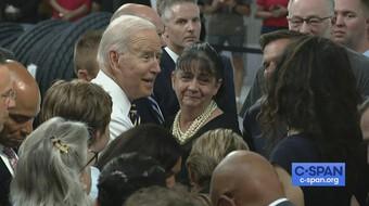 Ông Biden gây tranh cãi vì không đeo khẩu trang giữa chốn đông người