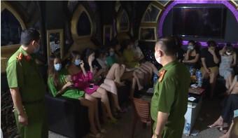 """""""Tập kích"""" quán karaoke lúc nửa đêm, 30 người vẫn say sưa hát"""
