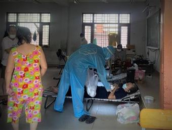 Những giờ ngả lưng 'tạm bợ' của tình nguyện viên chống dịch Covid-19