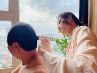 Hoa hậu Khánh Vân trổ tài cắt tóc cho bố trong mùa dịch: Xứng danh nàng hậu nhiều tài lẻ trong showbiz