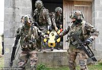 Xem chó robot trị giá 1,7 tỷ đồng của quân đội Pháp ''trổ tài'' chiến đấu