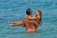 Vợ cũ Van der Vaart khoe vóc dáng nóng bỏng ở bãi biển